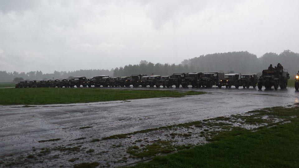 ensemble des véhicules sur la piste de l'aérodrome sous la pluie !!!