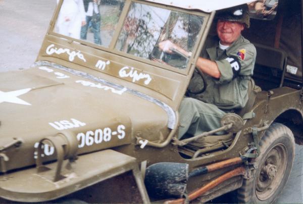 Notre secrétaire au volant de sa jeep